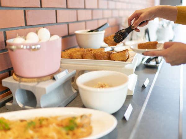 朝日が差し込む明るいレストランで清々しい朝食タイム