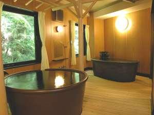 ●貸切風呂●源泉かけ流しのあつ湯とぬる湯の2槽。広い室内&信楽焼陶器は肌触りなめらかで雰囲気◎