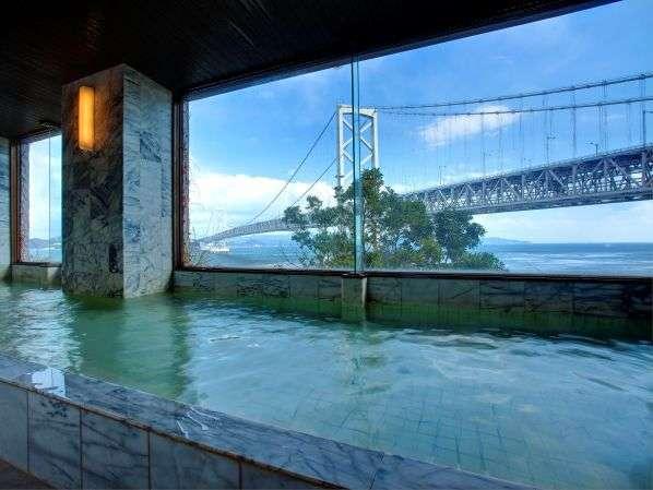 雄大な大鳴門橋と世界3大潮流を臨む、広々とした展望大浴場です