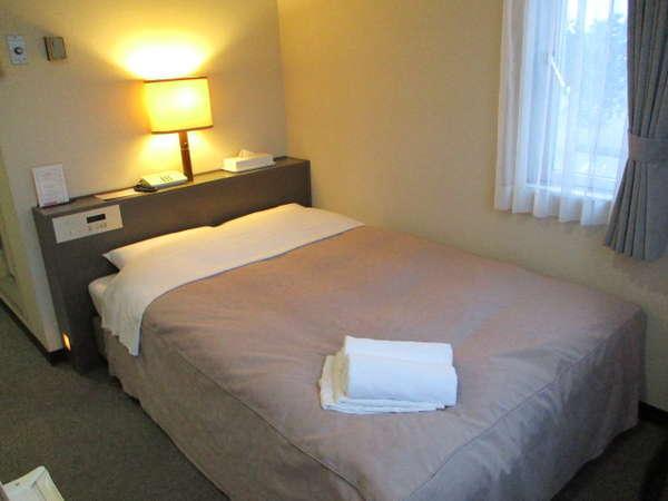 セミダブルルームの一例。お部屋の広さは10平米。ベット幅は120×195