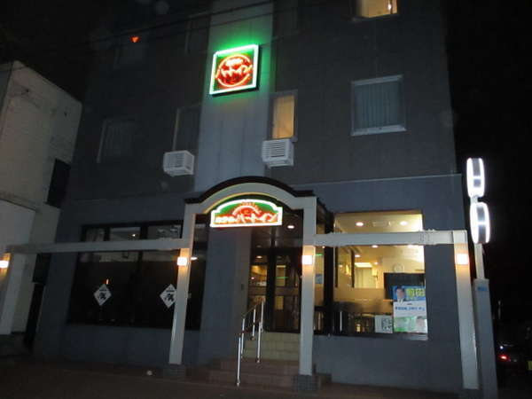 ビジネスホテルハートイン夜の外観です。