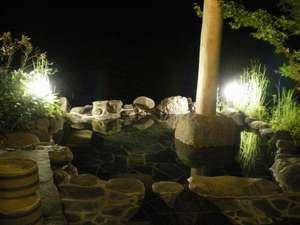 夜の「紗羅の木」専用露天風呂、満点の星空を眺めながらの温泉をお楽しみいただけます。