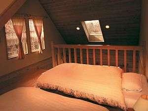天窓付の広いロフトはダブルとシングルのツインベット