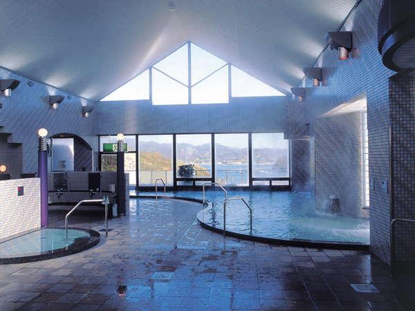 瀬戸内海の眺望がひらけた展望大浴場。露天風呂、サウナもあります。