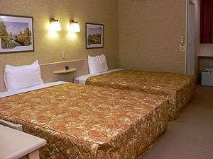 バストイレを含め約25㎡、幅1.5m超のベッド2台。全室無料ネット接続可。