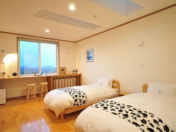 白を基調とした明るい客室でゆっくり過してください。窓からは北海道らしい広大な畑を眺められます。