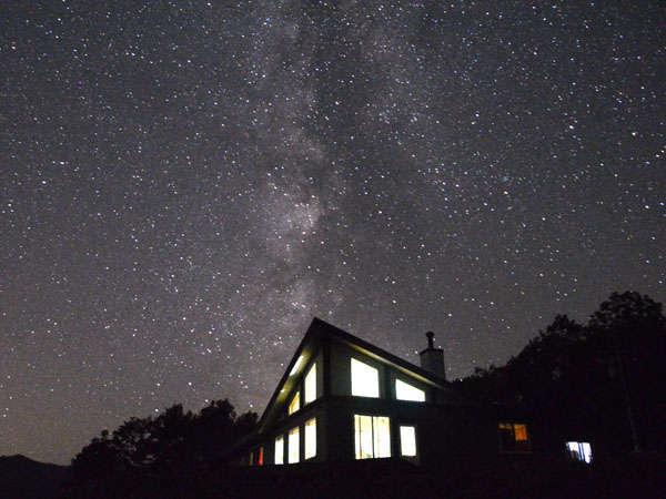 天の川とぽらりす。満天の星がお迎えします。晴天率が高いのは夏以外です。撮影にもトライしてみませんか?