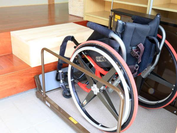 車いすの方用の昇降機を設置しております。玄関の乗り降りがスムーズにできます。