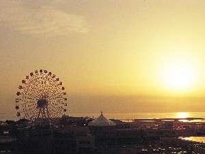 お部屋から同時に楽しむ事のできる美浜アメリカンビレッジと東シナ海に沈む夕日。