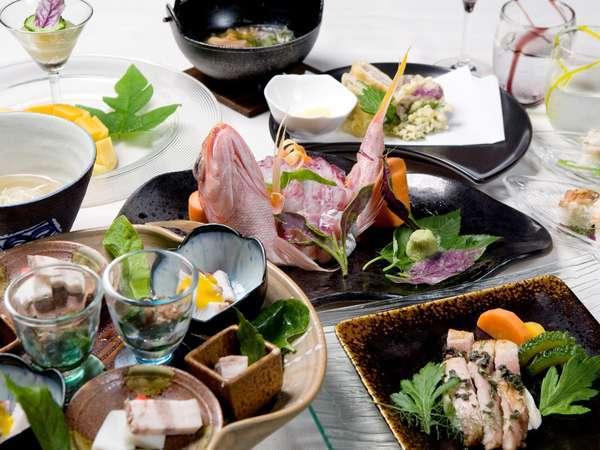 和・洋・琉を織り交ぜた創作コース料理でおもてなし致します。