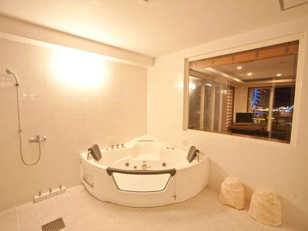 露天風呂をイメージした大人気のジャグジー付の浴室は、20平米とリゾート感溢れる開放感。