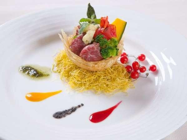 ディナー時に目と舌でもお楽しみ頂ける創作料理をご用意しております。