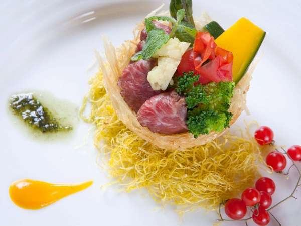 ディナー時に目と舌と心でお楽しみ頂ける新しいスタイルの創作料理をご用意しております。