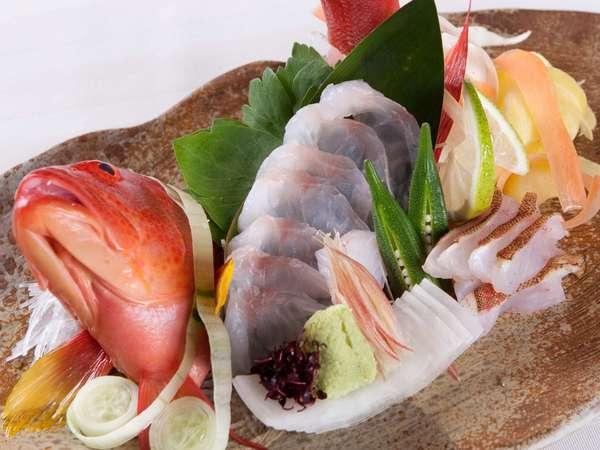 地元:北谷漁港よりシェフ自ら競りで仕入れた新鮮活魚を使用したお造り。