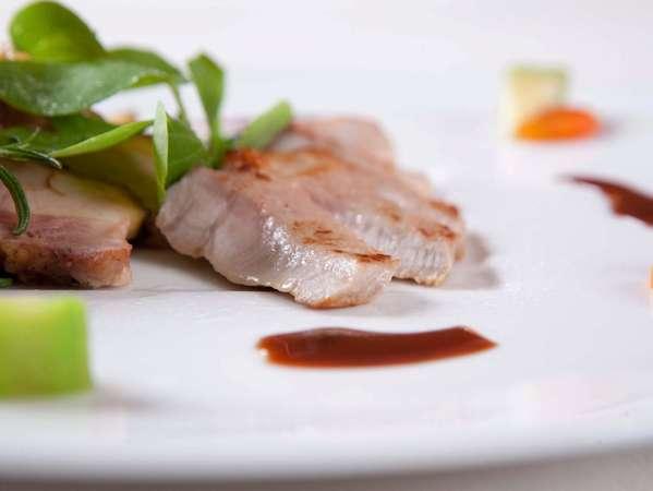 自家産素材の生粋アグー豚のステーキは自慢の1つ。