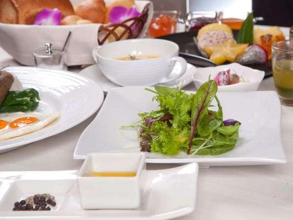 ご宿泊頂くからこそ楽しめる贅沢な目覚め。厳選自素材をふんだんに使用した琉球創作コース仕立てのご朝食。
