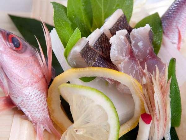 地元:北谷漁港よりシェフ自ら仕入れた活魚を使用したお造り。