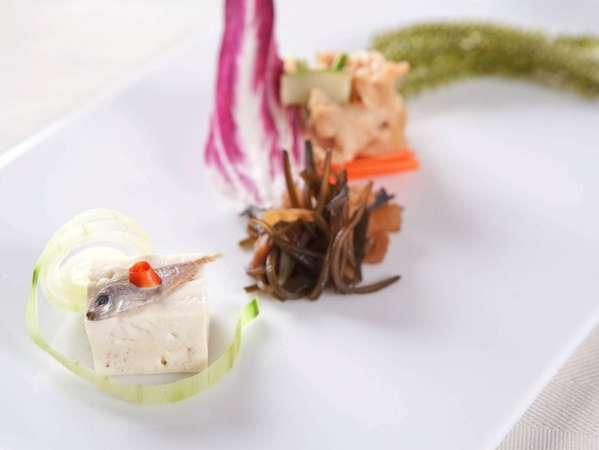 ご朝食には、沖縄の伝統料理をテーマにそれぞれ異なる前菜盛合わせをお楽しみ頂けます。