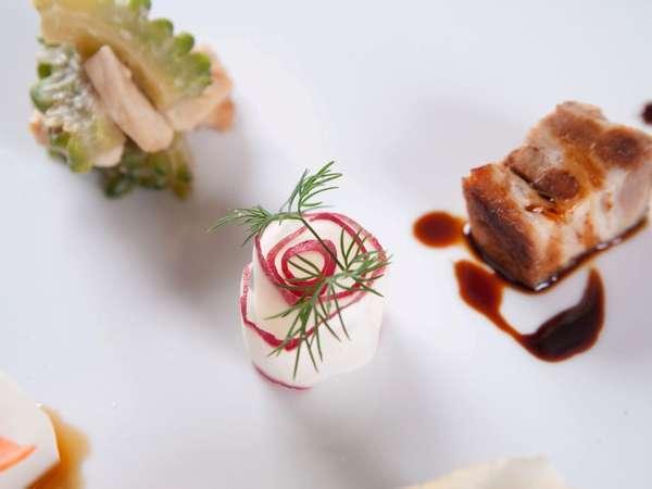 ご朝食には、沖縄の伝統料理をテーマにした自家産3点盛りをお楽しみ頂けます。
