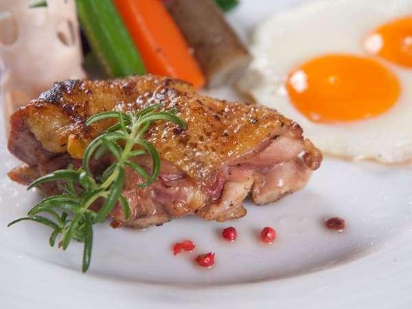 ご朝食のメイン料理には自家農牧場産の有精卵の卵と赤地鶏。