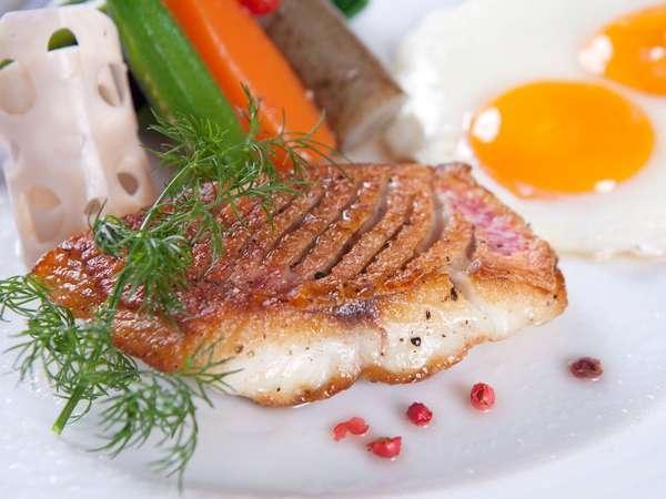 ご朝食のメイン料理には自家農牧場産の有精卵の卵と北谷漁港直送の新鮮県産活魚。