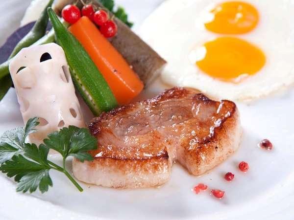 ご朝食のメイン料理には自家農牧場産の有精卵の卵と生粋アグー豚。