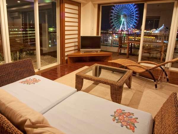 全室100平米のお部屋から眺める事の出来るアメリカンビレッジの色鮮やかな沖縄唯一の観覧車の景色。