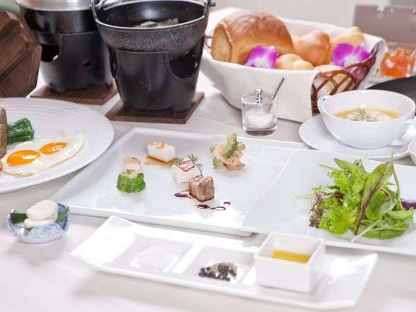 厳選自素材をふんだんに使用した琉球創作コース料理のご朝食はご宿泊頂くすべてのお客様へおもてなし。