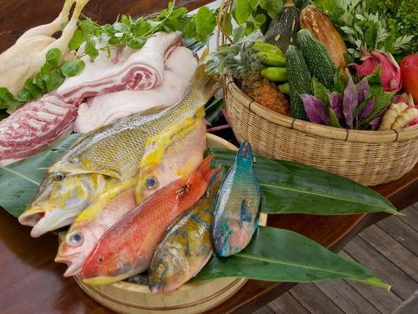自家農牧場からのシャキシャキ有機野菜やアグー豚などに北谷漁港直送プリップリッ県活魚の新鮮食材を使用。
