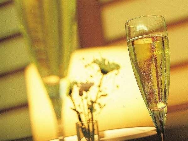 お部屋にクリスマスケーキとシャンパングラスをご用意♪お2人だけの素敵な時間をお過ごし下さいませ。