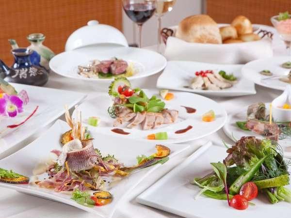 自然の美味しさをそのまま表現するシェフこだわりの和洋折衷創作料理で素材本来の味をお楽しみ下さい。