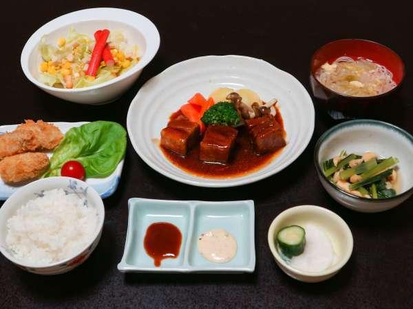 *【日替わり夕食(一例)】オーナー特製の家庭料理。メインが2品とボリュームたっぷり☆