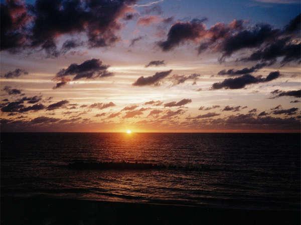*当館より、夕暮れ時の景色。秒単位で美しく色を変える空の眺めをご堪能下さい!