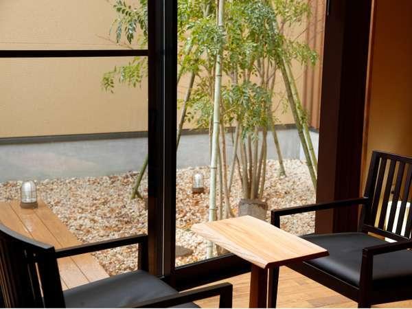 新館【夏水】のお部屋 各お部屋にウッドテラス、箱庭があり開放感溢れる空間。