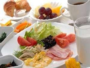 朝5:30~モリッと朝食!和食・洋食バイキング形式で品目は27種類以上ございます。