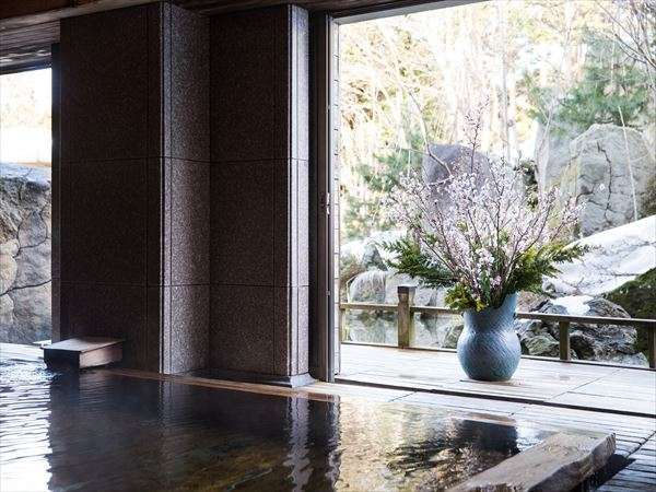 春の時期楽しめる「雪見桜風呂」