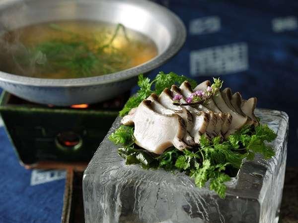 【夏の特別会席】鮑の刺身をハーブの香るお湯にくぐらせ、冷製出汁でいただく「鮑の氷しゃぶしゃぶ」