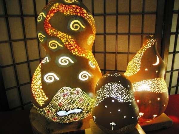 オリジナルの手作りひょうたんランプは大小様々展示中。「山陰KAMIあかり」にも出品しました。