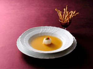 【レストランエメラルド 伝統の一品「鴨のコンソメスープ」】