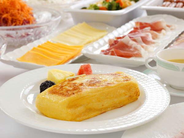 朝食 下準備に丸一日。たっぷり時間をかけてふっくらと焼き上げるオークラ伝統のフレンチトースト