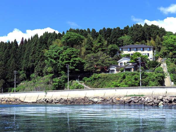 海沿いの自然に囲まれた高台に建つ見晴らしの良い一軒宿です。
