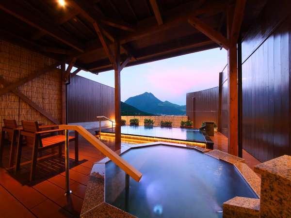 ウッドチェアーに座り、夕焼けがかかる由布岳を眺める。癒しのひと時をどうぞ。/男湯