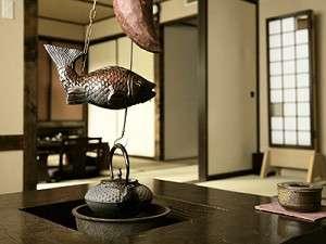 ふるさと館(新館)和室+和室タイプ。お部屋の囲炉裏(電気式)で美味しいお茶をどうぞ。