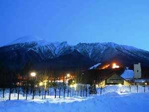 雪に囲まれた岩手山と当館