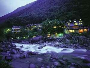 混浴露天風呂が川沿いにあって、奥飛騨情緒もたっぷりの湯宿「槍見館」