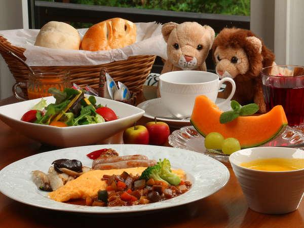 朝食は手作りふわふわパンと季節のフルーツを楽しめます