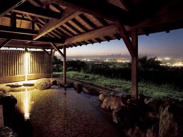 露天風呂からは富山平野・富山湾が一望できます。夜景もとても幻想的で綺麗です。