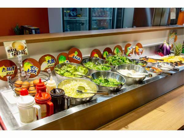 農家が育てた新鮮な野菜が摂れる充実のサラダコーナーです。