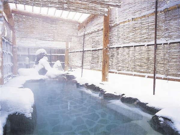 真っ白い雪の中入る新鮮な温泉は至福の時間。。。