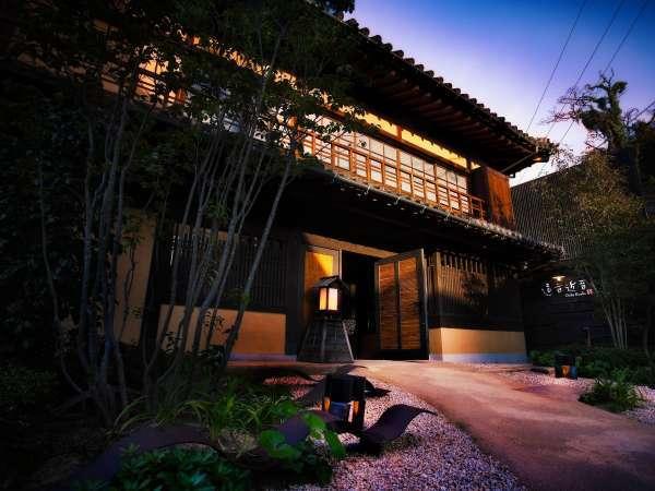 江戸時代の面影を残す玄関棟。築約250年の木造本瓦葺きべんがら塗りの歴史的建築物を今に残します。